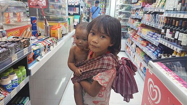 カンボジア コンビニの前で物乞いをする幼い姉弟 CHANGレポート